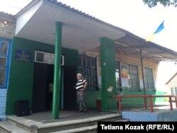 Дільниця у Валуйському, село поряд зі Станицею Луганською. За два дні до виборів тут не було чутно пострілів