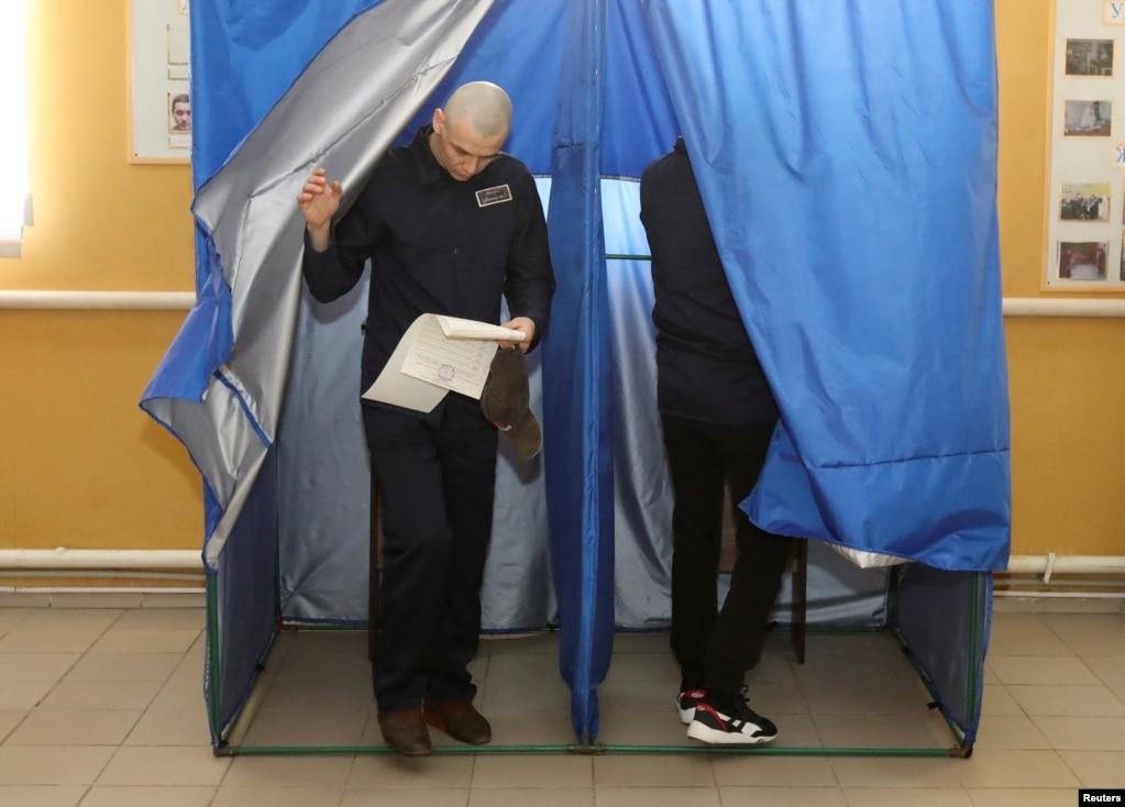 """Результат пошуку зображень за запитом """"Засуджений виходить з кабінки для голосування у виправній колонії. Фото Reuters"""""""