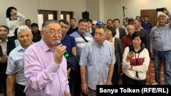 Журналист Рысбек Сарсенбай (с микрофоном) и другие участники «Народного собрания» («Халық құрылтайы»). Нур-Султан, 1 июня 2019 года.