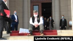 Samostalni poslanik Miladin Ševarlić ispred Skupštine Srbije, 10. maj