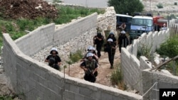 Policia e Shqipërisë duke hyrë në fshatin Lazarat