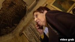 В квартире Евгении Соколовой – огромная дыра в потолке