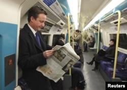 Премьер-министр Великобритании Дэвид Кэмерон (в то время еще лидер оппозиции) едет в лондонском метро
