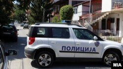 Полициски автомобил пред куќата на специјалната обвинителка Катица Јанева во скопската населба Козле. Полицијата врши претрес во нејзиниот дом за случајот Рекет.