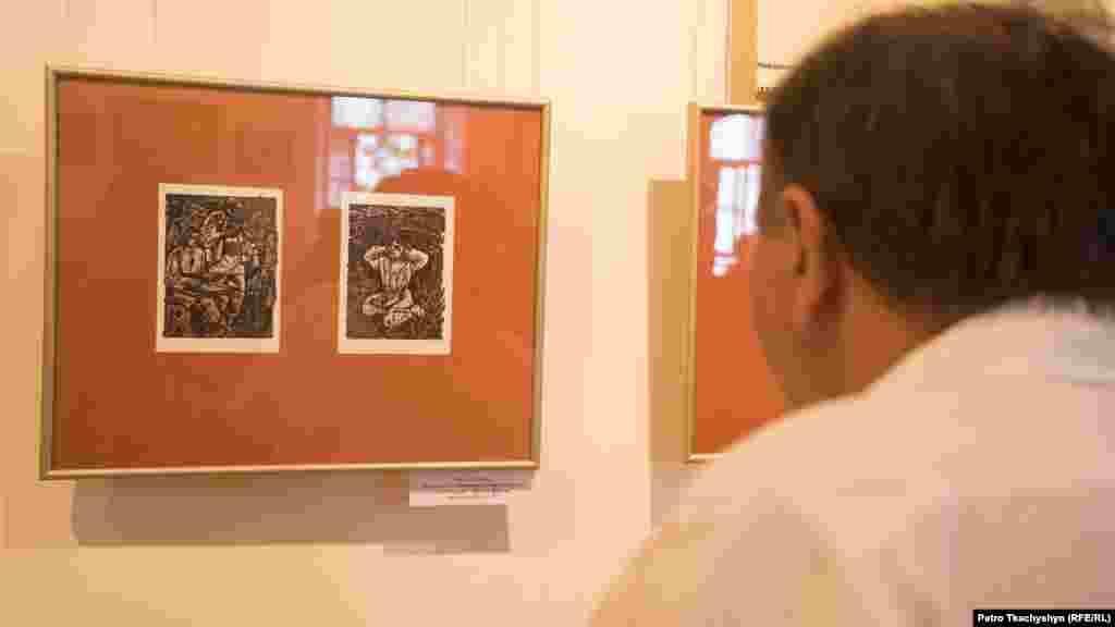 Відвідувач розглядає ілюстрації 1977 року до «Народних пісень»