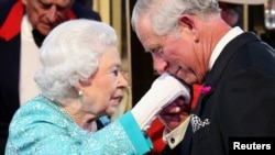 Принц Чарльз поздравляет свою мать, королеву Елизавету II, с 90-летием. 2016 год