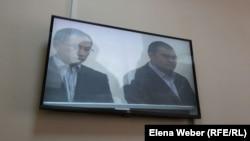 Бывший аким Карагандинской области Бауржан Абдишев (слева) на скамье подсудимых по делу о коррупции. Караганда, 10 августа 2015 года.