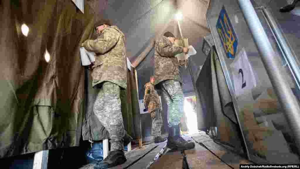 Українські військові обирають головнокомандувача на польовій виборчій дільниці поблизу передових позицій ЗСУ в Станиці Луганській, 31 березня 2019 року