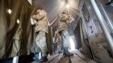 Украинские солдаты и офицеры голосуют на избирательном участке под Станицей Луганской