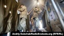 Українські солдати та офіцери голосують на виборчій дільниці під Станиця Луганська, вибори 2019 (photo: Andriy Dubchak)