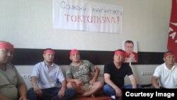 Сторонники и родственники оппозиционных политиков Омурбека Текебаева и Дуйшенкула Чотонова объявили о голодовке.