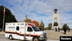 Машина скорой помощи около военного мемориала в Оттаве (Канада), где произошло нападение