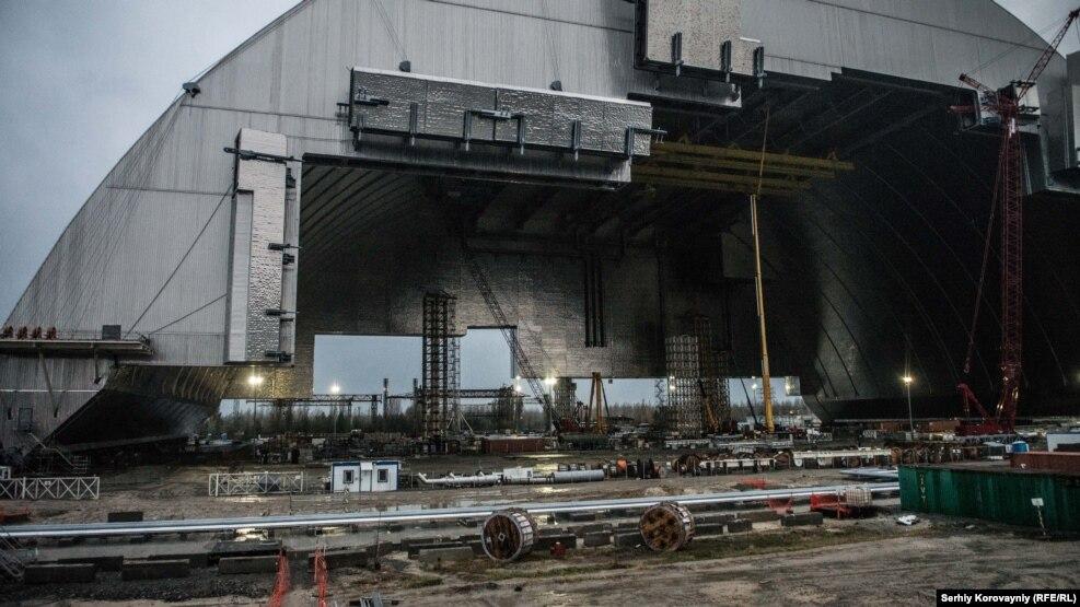 Новый безопасный конфайнмент В середине ноября конструкцию надвинут на старый бетонный саркофаг. Стены с двух сторон конструкции будут построены в 2017 году. Распространение радиации будет остановлено, как предполагают, на сто лет