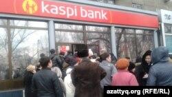 Очередь у коммерческого банка. Алматы, 19 февраля 2014 года.
