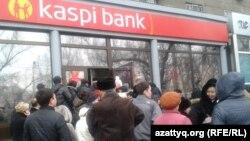 Екінші деңгейлі банк бөлімшелерінің бірінде кезекте тұрғандар. Алматы, 19 ақпан 2014 жыл.