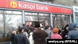 Очередь перед отделением коммерческого банка в Алматы. 19 февраля 2014 года.