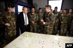 Ministar odbrane Francuske, Jean-Yves Le Drian sa vojnicima