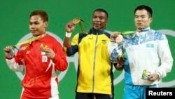 Фархад Харки (третий слева) на церемонии награждения победителей турнира по тяжелой атлетике в категории до 62 килограммов.