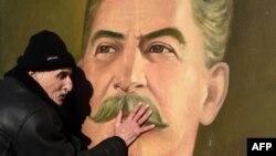 Горидеги грузин карыя И.Сталиндин сүрөтүнө тооп кылууда. 21.12.2016.