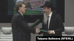 Мэр Томска Иван Кляйн и главный раввин России Берл Лазар на подписании соглашении в администрации города