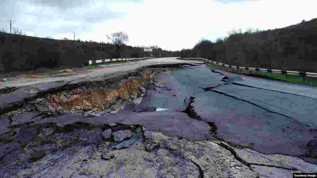 Траса Севастополь-Бахчисарай-Сімферополь руйнується через зсув, 21 березня 2017 року