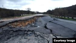 Участок трассы Севастополь – Симферополь, разрушенный из-за оползня, март 2017 года