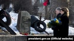 Президент України Петро Порошенко з дружиною Мариною Порошенко вшановують пам'ять Сергія Нігояна, першого загиблого учасника Революції гідності. Київ, 22 січня 2019 року