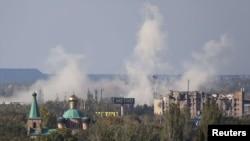 Окутанная дымом после обстрелов территория аэропорта в Донецке