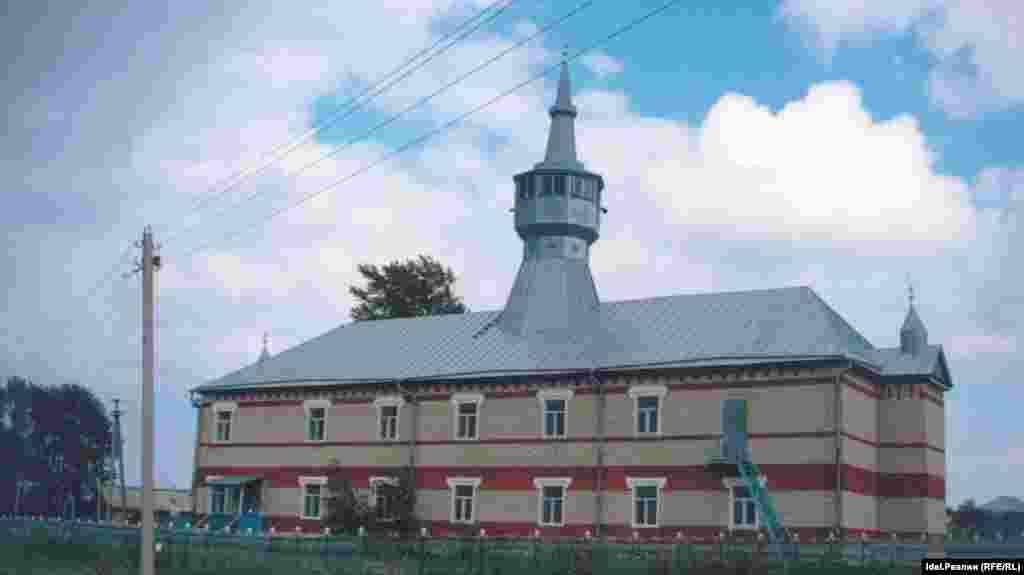 """Мечеть """"Центральная"""".Первая современная мечеть, построена в 1989 году. Обязанности имама исполняет Абдулкарим Айзатуллин (82 года). Относится к ЦДУМ России."""