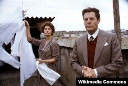 """Sophia Lorenin filmdə ən çox tərəf müqabili olan Marcello Mastroianni ilə birlikdə """"Xüsusi gün"""" filmində 1977."""