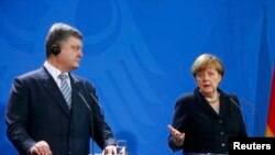 Президент України Петро Порошенко та канцлер Німеччини Анґела Меркель на прес-конференції у Берліні, 1 лютого 2016 року