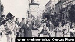 15 septembrie 1978 - Deschiderea anului școlar era parte importantă a ritualului propagandistic ceaușist. Aici în vizita de lucru în județul Cluj, deschide anul școlar 1978-1979. Sursa: comunismulinromania.ro