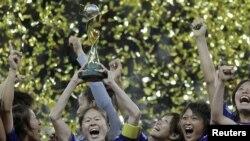 جام جهانی زنان بر فراز دستهای فوتبالیتهای زن ژاپنی
