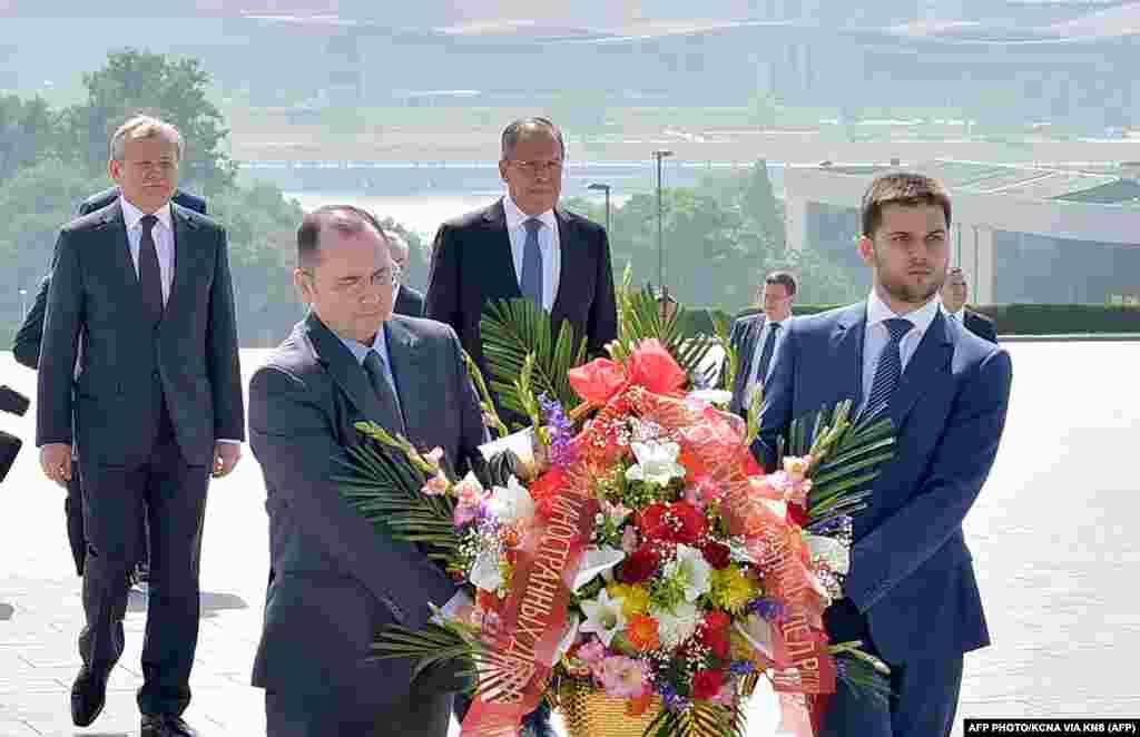 Сергей Лавров и Ким Чен Ын возложили цветы к памятнику Ким Ир Сену.