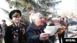 Семен Клюев рвет текст Конституции Украины, 2007 год, Симферополь, АРК