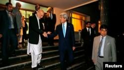 Presidenti aktual afgan, Hamid Karzai shtrëngon duart me Secretarin amerikan të Shtetit, John Kerry në Kabul
