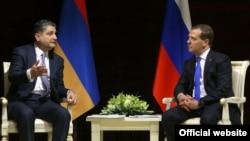 Встреча Тиграна Саргсяна (слева) и Дмитрия Медведева в Минске, 31 мая 2013 г․