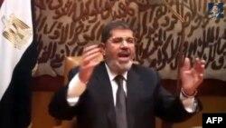 صورة من فيديو يظهر الرئيس المصري المخلوع محمد مرسي وهو يتحدث عقب بعد أن أطاحه الجيش.