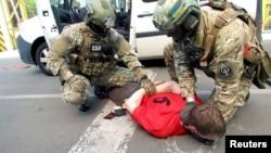 Співробітники СБУ затримують чоловіка на кордоні України та Польщі. 6 червня 2016 року