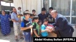 Християни-втікачі з Мосула отримують гуманітарну допомогу в місті Догук, 19 липня 2014 року