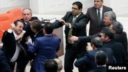 Բյուլենթ Թեզջանի (ձախից) մասնակցությամբ ավելի վաղ՝ հունվարի 23-ին տեղի ունեցած մեկ այլ ծեծկռտուք Թուրքիայի խորհրդարանում