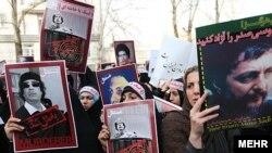 تجمع گروهی از مردم مقابل دفتر سازمان ملل در تهران علیه حکومت معمر قذافی در اسفندماه سال ۱۳۸۹.