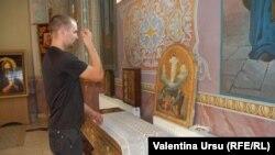 Un credincios rugîndu-se la Mânăstirea Căpriana