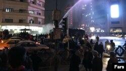 Билік күштері наразылар шеруіне су шашып жатыр. Тегеран, 31 желтоқсан 2017 жыл.