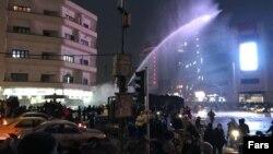Власти применяют водометы для разгона демонстрантов в Тегеране. 31 декабря 2017 года.