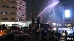 Pamje nga Teherani ku policia përpiqet t'i shpërndajë demonstruesit me topa uji