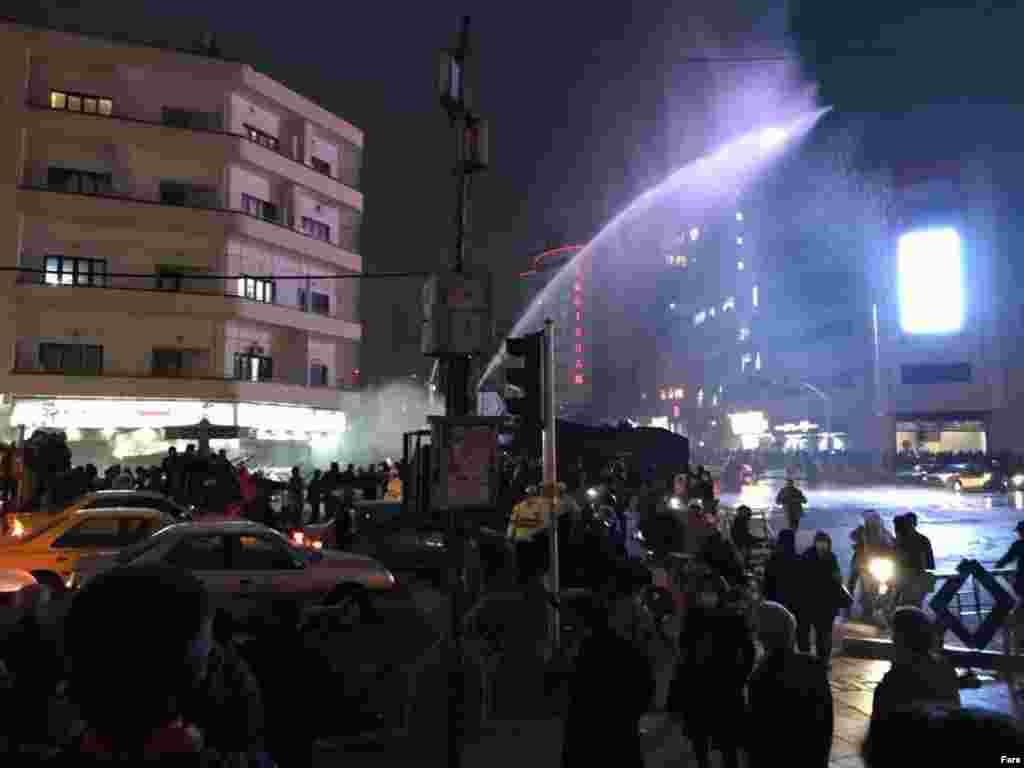 Тегерандағы Фирдоуси алаңындағы наразылықты тарқату үшін полиция арнайы көліктен су шашты.