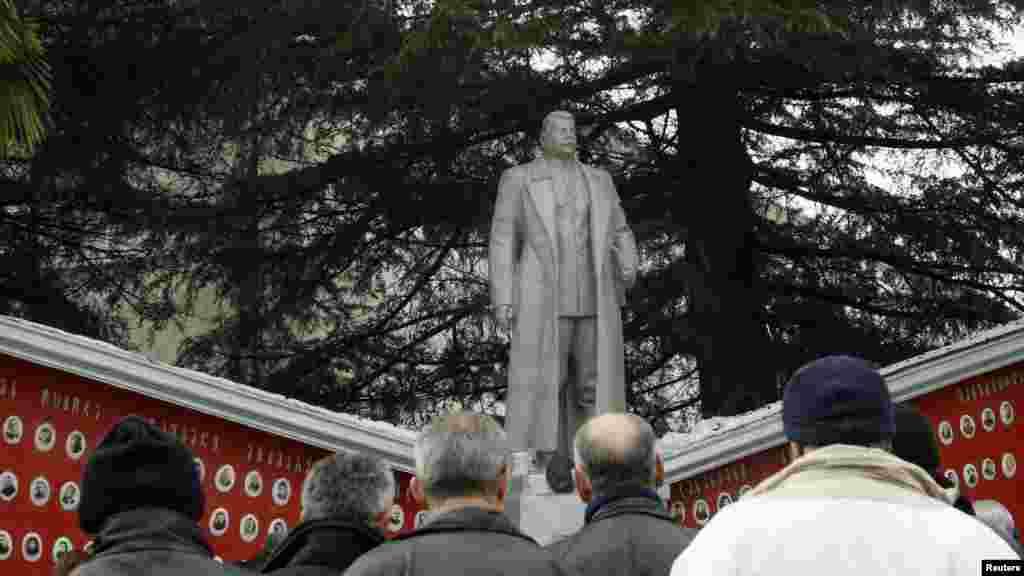Грузія – Селяни на церемонії відкриття відновленого пам'ятника Сталіну в селищі Земо-Алвані, 21 грудня 2012 року.