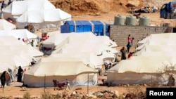 گروهی از پناهجویان سوری در اردوگاهی مرزی در لبنان