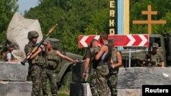 Pamje e pjesëtarëve të forcave të Ukrainës në një postbllok në rajonin e Donjeckut